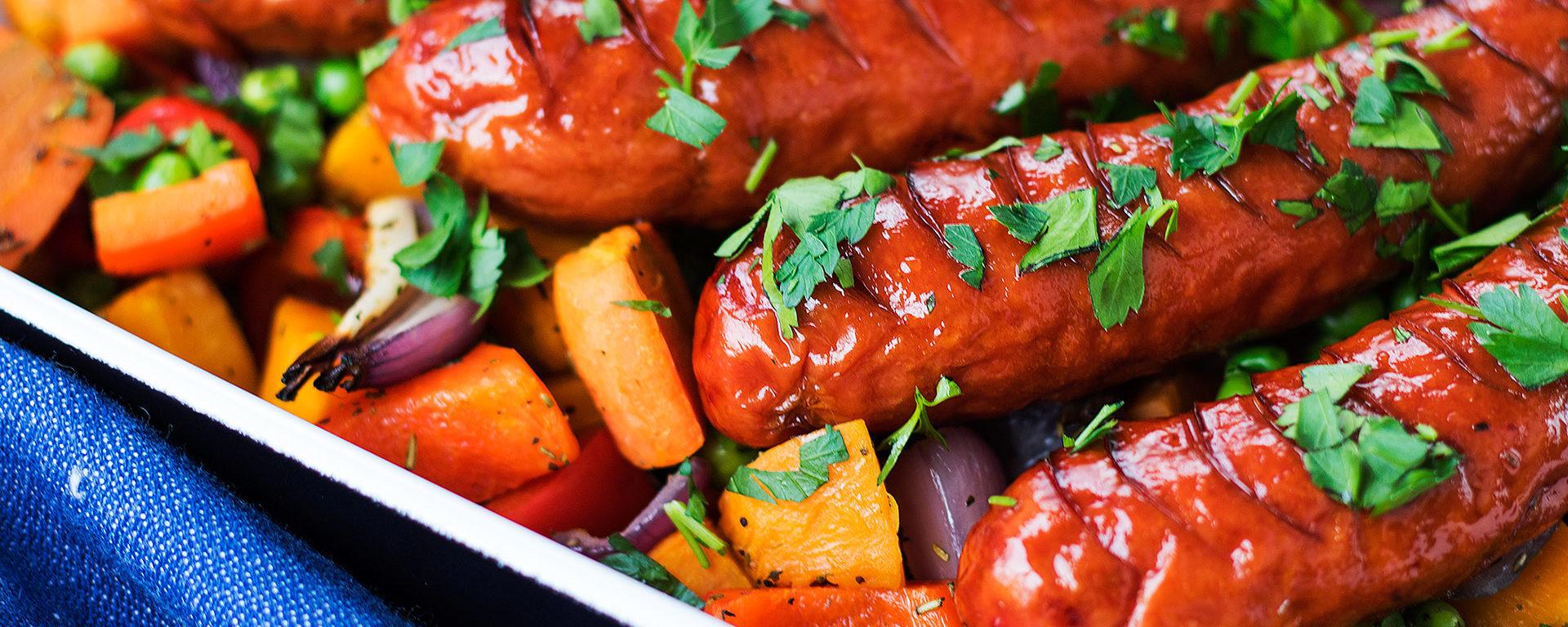 Pieczone kiełbaski z warzywami