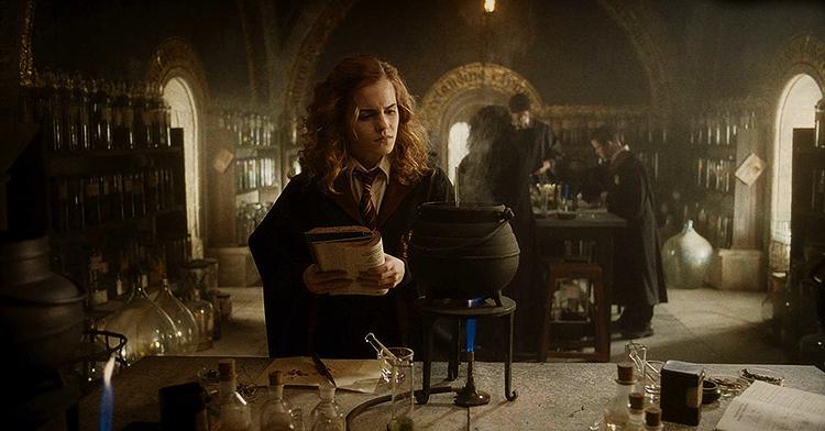 Kadr z filmu Harry Potter i Książę Półkrwi, na zdjęciu Emma Watson jako Hermiona Granger.