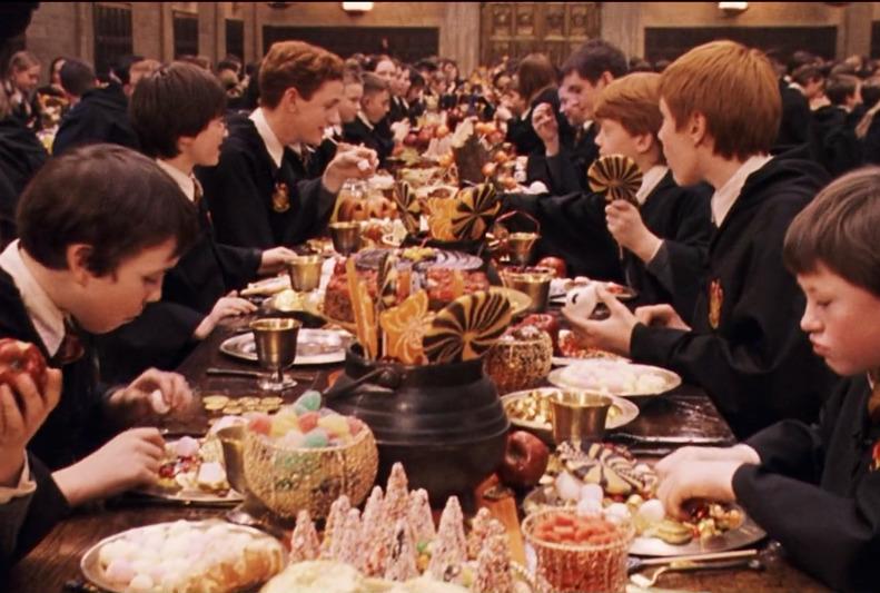 """Uczta z okazji Nocy Duchów. Kadr z filmu """"Harry Potter i Kamień Filozoficzny"""""""
